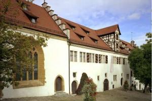 Blick auf die Fassade von Schloss Hellenstein