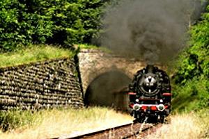 Sauschwänzle-Bahn fährt aus Tunnel