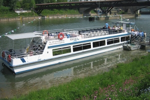 Schiff beim Anlegen auf dem Neckar