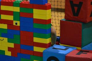 Riesen-Legosteine im Indoor-Spielplatz