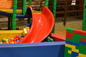 Rutsche ins Bällchenbad im Indoor-Spielplatz