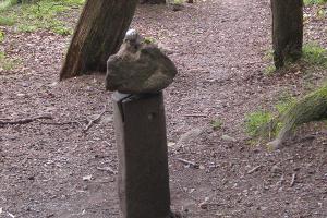 Drehstein auf Holz auf dem Spielplatz