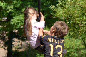 Kinder an Seilbahn