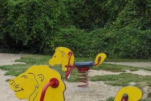 Gelbe Wipptiere auf dem Spielplatz