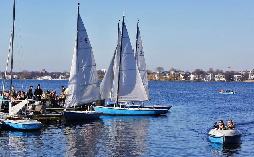 Boot fahren auf der Alster in Hamburg