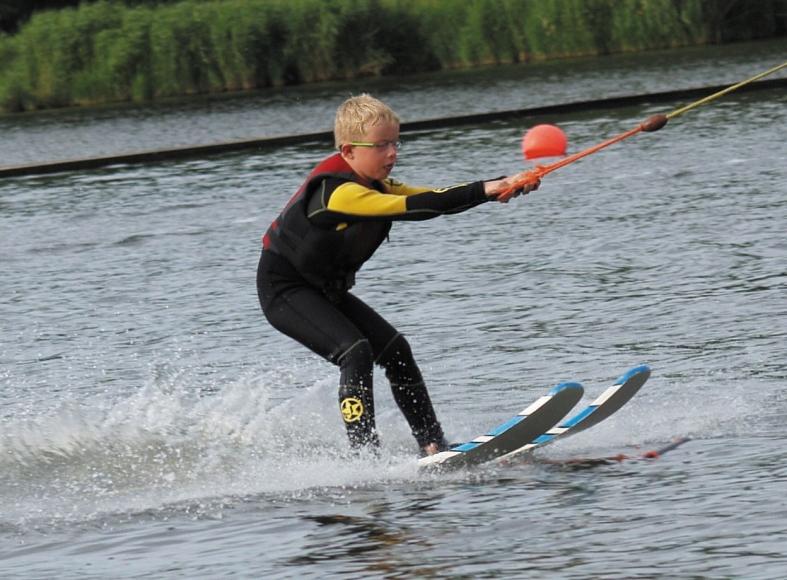 Kind beim Wasserski fahren