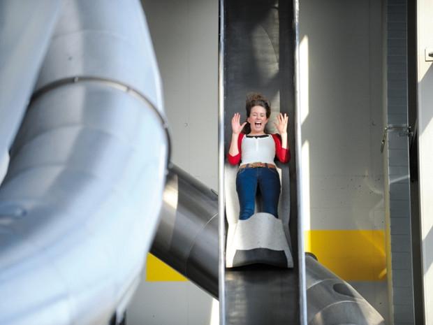 Mädchen auf der Highspeedrutsche im Sensapolis