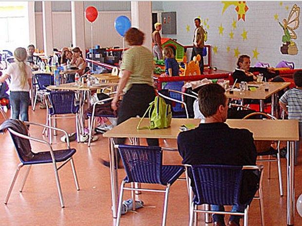 Spielen im Indoorspielplatz (c) Familien-Hallenspielplatz Sternenland in Idar Oberstein