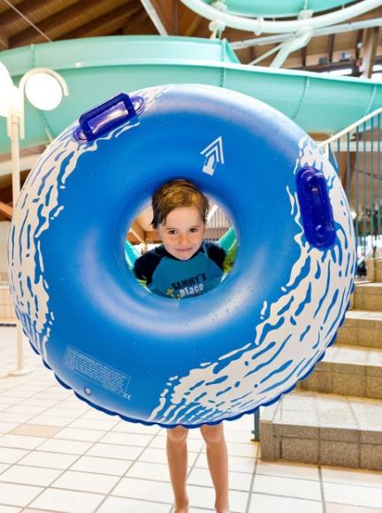 Junge mit Riesen-Schwimmring
