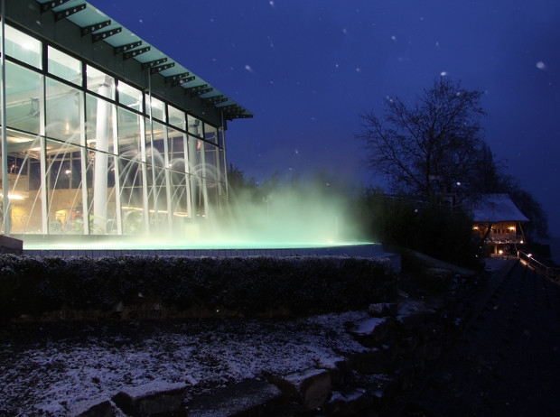 Dampfender Außenpool im Winter bei Nacht Meersburg Therme