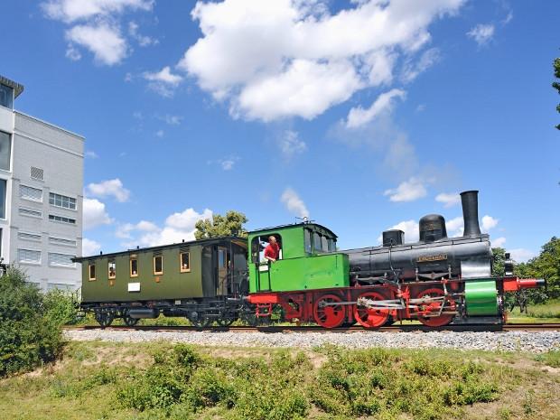 Grüne Lokomotive mit Wagen