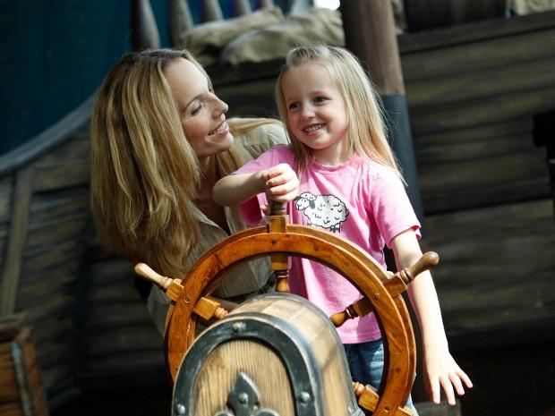 Mutter und Tochter am Steuer des Piratenschiffs im Sensapolis