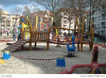 spielplatz zirkus in der bornstra e in berlin mamilade ausflugsziele. Black Bedroom Furniture Sets. Home Design Ideas