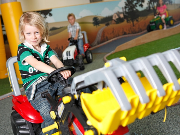 Junge im Rolly Toys Parcours