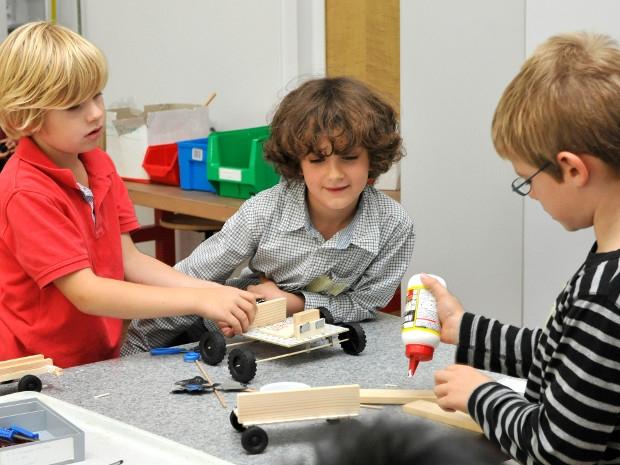 Kinder bauen ein Auto-Modell