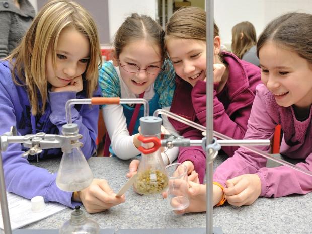 Kinder machen wissenschaftliche Versuche