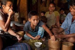 Adö mit seiner Familie beim Mittagessen © Auftrag der Deutschen Welthungerhilfe e.V., Foto: Eva Häberle