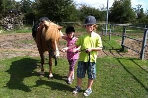 Kinder und Pferde