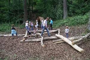 Familie beim Holzmikado auf dem Holzwurmpfad (c) Pusteblume e.V. Calmbach