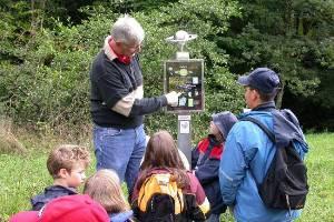 K.-H. Wiederhold erläutert den Saturn am Planetenweg (c) Tourist-Information Kandern