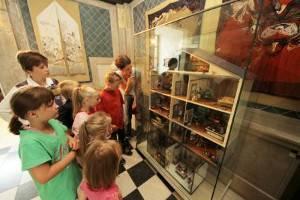 Kinder betrachten die Ausstellung (c) Stadtmuseum Oldenburg