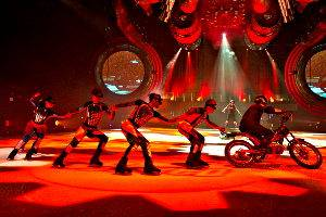 """HOLIDAY ON ICE Show SPEED, Szene """"Speed of Machines"""" © Stage Entertainment"""