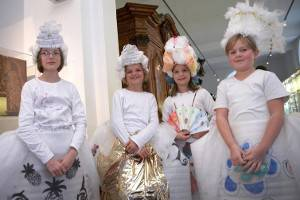 Vier verkleidete Kinder (c) August Kestner Museum - Landeshauptstadt Hannover