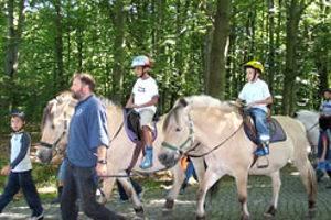 Kinder beim Ponyreiten, © Wildpark Schorfheide gGmbH