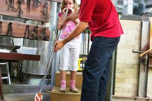 Kind beim Glasblasen (c) Dorotheenhütte Wolfach Betriebs-GmbH