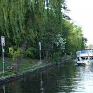 Brückenfahrt mit dem Schiff durch das alte und neue Berlin