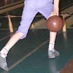 Kind beim Bowling