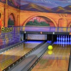 Gelbe Bowlingkugel auf der Bowlingbahn