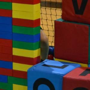Riesen-Legosteine im Fun-Park