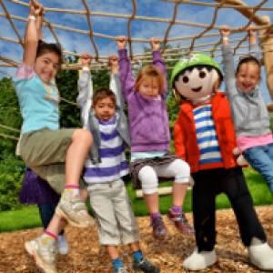 Kinder im Balancierparcours im PLAYMOBIL FunPark