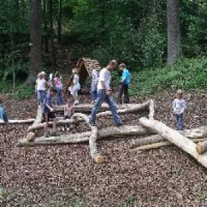 Familie beim Holzmikado auf dem Holzwurmpfad Bad Wildbad