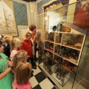 Kinder vor Puppenhaus im Stadtmuseum Oldenburg