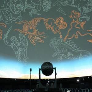 Projekor zeigt den Sternenhimmel im Planetarium Stuttgart