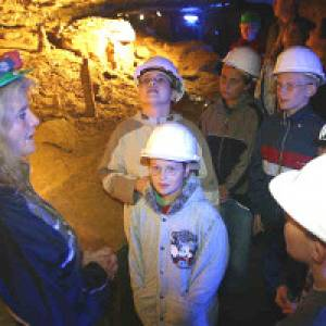 Kinder lauschen der Führerin in der Schillat-Höhle in Hessisch Oldendorf