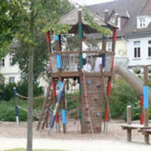 Kletterturm am Spielplatz an den Triftanlagen in Celle