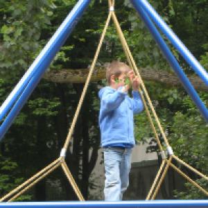 Kind auf Kletterseilen