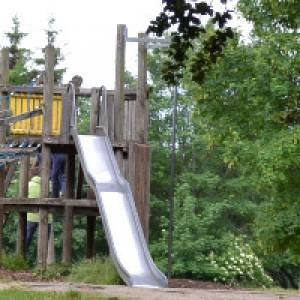Rutsche und Kletterturm aus Holz