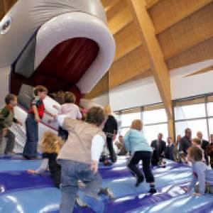 Kinder haben Spaß mit Willi Wal in Friedrichskoog