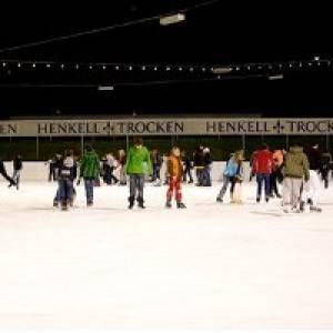 Eislaufen auf der Henkell-Eisbahn in Wiesbaden