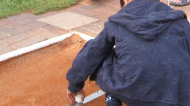 Kind beim Minigolf